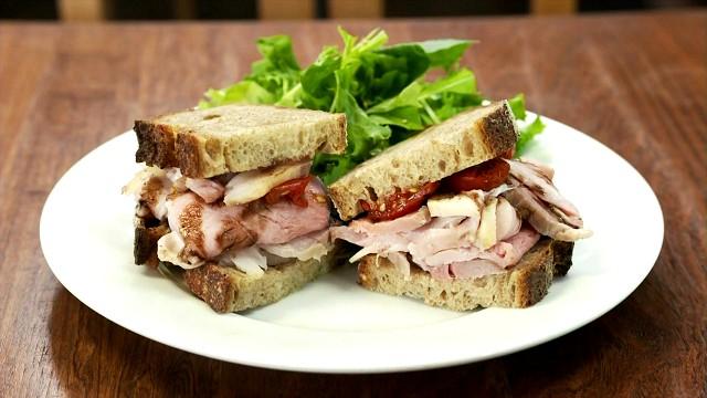 孤独のグルメ「まちのパーラー」のローストビーフのサンドイッチ