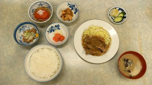 「伊勢屋食堂」の豚バラ生姜焼き定食と小鉢