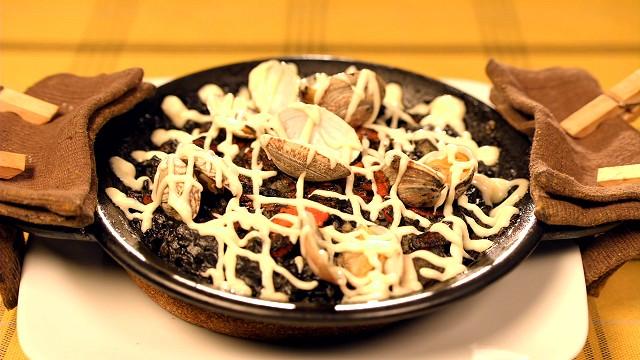 「スペイン食堂 石井」のイカ墨のパエリア