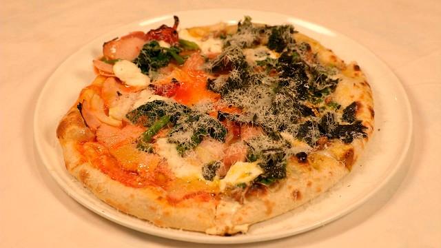「カトリカ」のハムとタマゴ&納豆のピザ